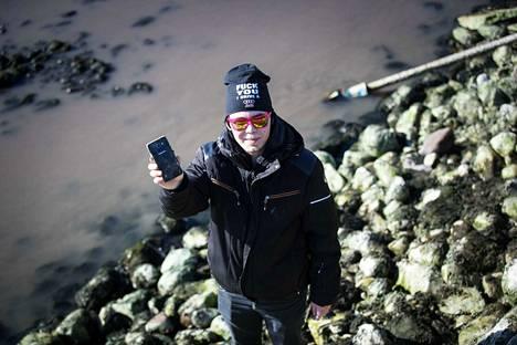 Mikko Willberg löysi kaksi kännykkää, kourallisen kolikoita, vieheen, pankkikortin ja s-etukortin. Tyttöystävä odotti laidalla, koska ei halunnut sotkea vaatteitaan.