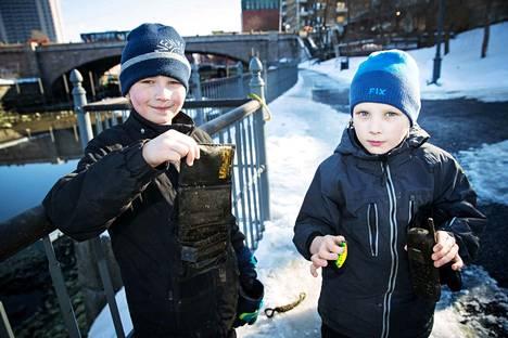 Isänsä kanssa aarteita etsimään tulleet Maksim, 10, ja Alexander, 8, Eremin löysivät Tammerkoskesta muun muassa mustan miesten lompakon ja vanhan Nokian puhelimen.