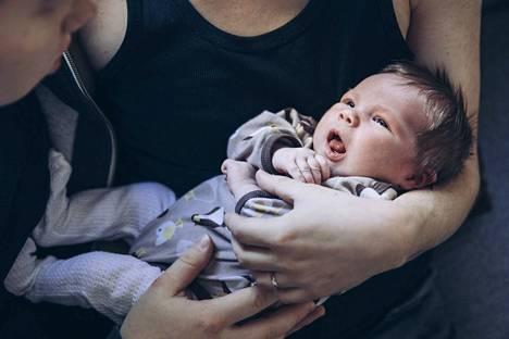 Johannes ja Petri saivat vauvan pari viikkoa sitten. Johanneksen raskaus ja synnytys sujuivat ilman ongelmia. Pienokainen voi kaikin puolin hyvin ja syö kovalla ruokahalulla, vanhemmat kertovat.