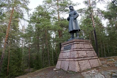 Mannerheimin patsas sijaitsee kalliolla Leinolassa Itä-Tampereella.