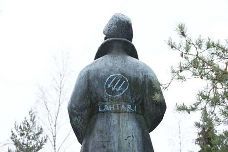 """Vuonna 2012 Mannerheimin selkään kirjoitettiin """"lahtari""""."""