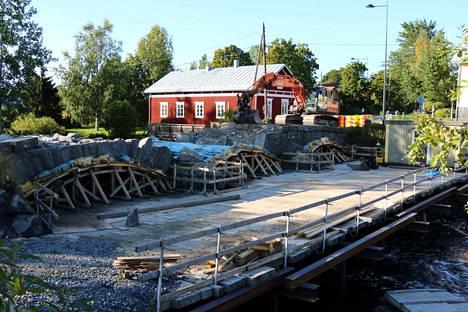 Vanha kivisilta poistui Pomarkun kyläkuvasta viime vuoden syyskuussa.