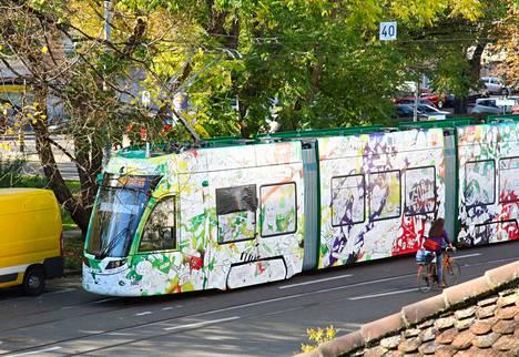 Australian Melbournessa raitiotievaunu on teipattu taidevaunuksi. Samaa ideaa hyödynnetään Tampereen raitiotien taiteen yleissuunnitelmassa.