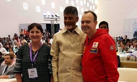 Aino-Maija Luukkonen ja Peter Vesterbacka tapasivat Andhra Pradeshin pääministerin N Chandrababu Naidun. Osavaltiossa on noin 50 miljoonaa asukasta.