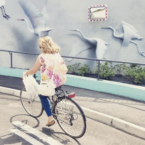 Italialaisen Eronin (Davide Salvadei) muraalitaideteos Concrete vs Concrete jalankulkukäytävän seinämässä Riccionessa.