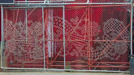 Työmaa-aitojen väliaikaiseen taiteeseen on useita vaihtoehtoja. Kuvan tekstiiliteos on punottu.