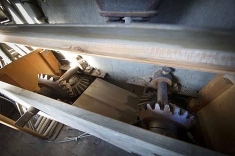 Komeat hammasrattaat lienevät osa koneistoa, jolla Porin siltaa on nostettu ja laskettu vuosikymmeniä sitten.