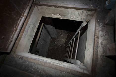 Heti ulko-ovesta tullessa kopin lattiassa on aukko, josta pääsee alakertaan. Alakerran tila on samankokoinen kuin yläkerran.