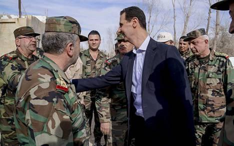 Syyrian presidentti Bashar al-Assad tapaamassa armeijan sotilaita Itä-Ghoutan alueella maaliskuussa.