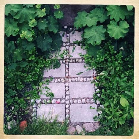 Suihkulähteelle menevä pieni kivipolku syntyi viime kesänä.