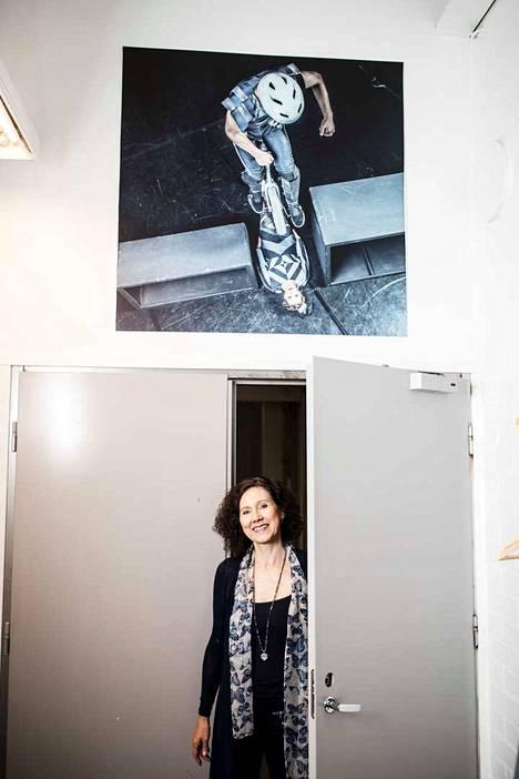 Merja Koskiniemi kulkee töihin poikansa kuvan alta. Ola Laitinen taiteili kolme vuotta Sorin Sirkuksen esiintyvässä ryhmässä.