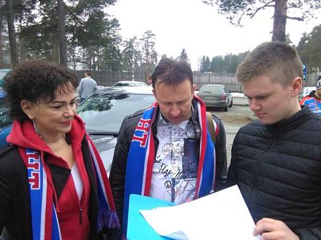 Eemeli Laitinen tarkistaa Tarja ja Teijo Mäkisen nimet matkustajaluettelosta.