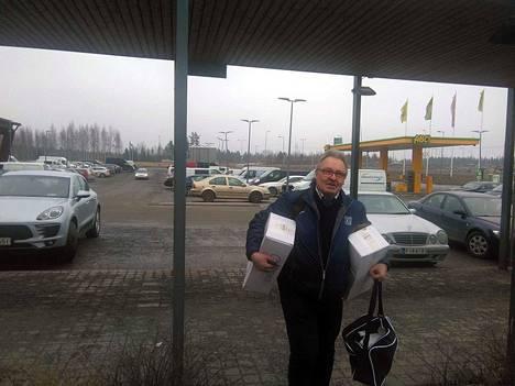 Lahdesjärvellä kyytiin hyppäsi KeuPa Hockey Oy:n toiminnanjohtaja Teemu Vesala. Kainalossa miehellä oli jotain, jonka salaisuus paljastuu mahdollisesti ottelun jälkeen.