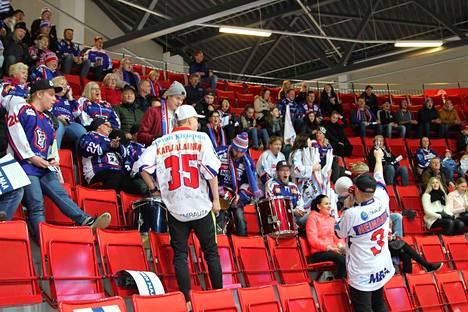 KeuPan faneja tuli Keuruulta lähes 200 Turkuun ja myös muualta Suomesta saapui KeuPan kannustajia paikalle.