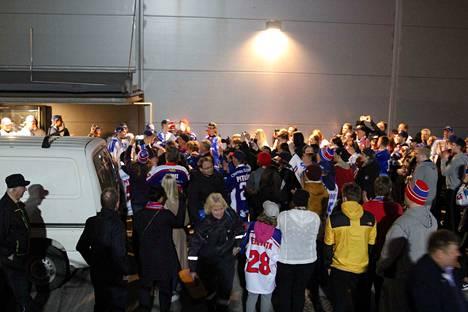 KeuPan pelaajat saivat suuret suosionosoitukset hallin ulkopuolella, kun keuruulaisyleisö kokoontui pelaajaovelle vielä ennen lähtöä kotiin.