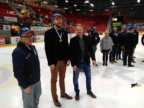 """KeuPa Hockey Oy:n hallituksen entinen puheenjohtajia Anders Pekkanen, päävalmentaja Mikko """"Pönö"""" Heiskanen ja joukkuetta rakentamassa ollut joukkueen keskushyökkääjä Taneli Maasalo ottivat rauhalliseti voittojuhliat Marli-areenan jäällä."""