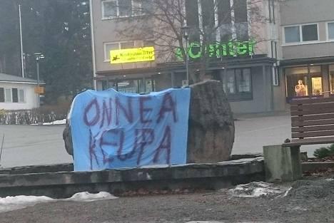 Keuruun keskusaukiolla on yöllä onniteltu KeuPaa. Suihkulähteeseen ei voiton kunniaksi vielä pääse polskuttelemaan.