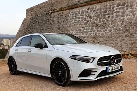 Mercedesin uusi A-sarja tulee Suomessa myyntiin toukokuussa. Hinnat alkavat noin 31650 eurosta. Oppiva ääniohjaus kuuluu vakiovarusteisiin.