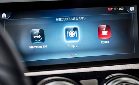 Ääniohjauksen vaihtoehtona on perinteinen laajakuvanäyttö, jonka valikoista auton eri tietoviihdejärjestelmät löytyvät.
