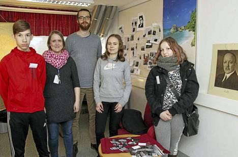 Oskari Juntunen, Riitta Tallavaara, Jani Repo, Johanna Tentke ja Julia Lähteenmäki yläkoulun pakohuoneessa, jossa seikkailtiin kylmän sodan tunnelmissa.