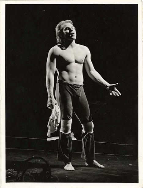 Jussi Parviainen lavalla 1980-luvulla omassa Jumalan rakastajassaan.