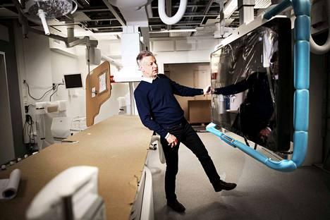Sydänsairaalan toimitusjohtaja, johtava ylilääkäri Kari Niemelä tutkailee uudenuutukaisen röntgenlaitteen näyttöä. Röntgenlaitteella voidaan läpivalaista ja tehdä muun muassa sepelvaltimoiden varjoainekuvauksia ja pallolaajennustoimenpiteitä.