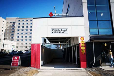 Tämä oviaukko kuvaa uuden Sydänsairaalan tehokkuutta. Hätätilapotilas saadaan autohallista hoitopöydälle nopeasti.