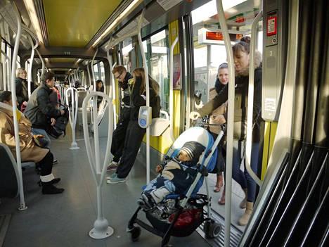 Tampereella linja-autoissa saa matkustaa maksutta yksi matkustaja, joka kuljettaa lasta lastenvaunuissa tai -rattaissa. Samaa toivotaan toteutettavaksi Porissa.