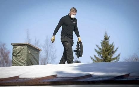 Nuohousyrittäjäksi ryhtynyt Mikko Muotka sanoo vapaan kilpailun tuovan alalle lisää joustavuutta. Kolmen miehen yritys toimii Oulussa, jossa luovuttiin piirinuohousjärjestelmästä vuoden alussa.
