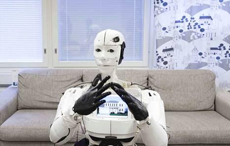Futuricessa Momoon rintaan liitettiin tabletti. Nyt robotti viestii kolmella tavalla, äänellä, kuvalla ja viittomilla.