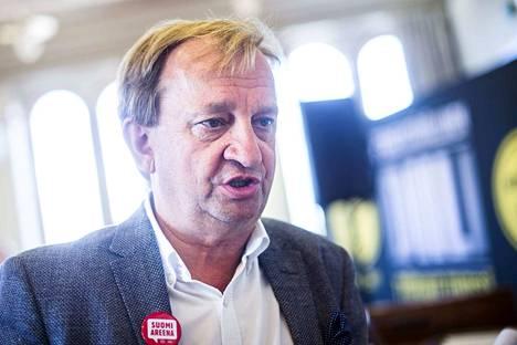 Teräksenkova bisnesmies Hjallis Harkimo ei ole kuin kotonaan kokoomusryhmässä eikä koko eduskunnassa.
