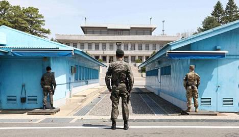 Etelä-Korean sotilaat seisovat vartiossa Panmunjomin rajakylässä Etelä- ja Pohjois-Korean välisellä rajalla torstaina. Maiden välinen huippukokous pidetään paikan päällä viikon päästä.