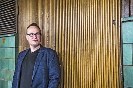 Turun yliopiston eduskuntatutkimuksen keskuksen johtaja, professori Markku Jokisipilä toteaa, että Suomessa poliittisen päätöksenteon kanavat ovat edelleen puolueissa.