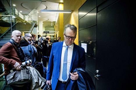 Tullin pääjohtaja Antti Hartikaista syytetään virkavelvollisuuden rikkomisesta. Asiaa puidaan torstaina Helsingin käräjäoikeudessa.