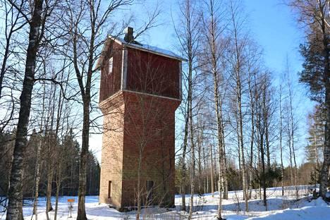 Rautatieaseman alueella sijaitsevaa vesitornia hyödynsivät aikanaan höyryveturit.