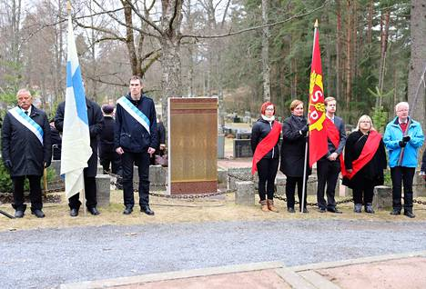 Sisällissodassa kuolleiden nimilaatta paljastettiin Nokian hautausmaalla sunnuntaina.
