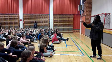 Pastori Pike kertoi nokialaisille yläkoululaisille elämäntarinansa. Tässä hän esiintyy Emäkosken koululla.