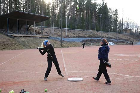 Janakkalan Janan naisten Ykköspesiksen ulkoharjoituksissa pallot lensivät voimalla. Annariikka Hietala oli lyöntivuorossa Essi Leppäsen toimiessa lukkarina.