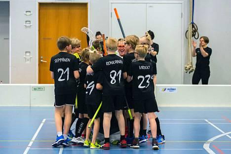 SC Weikkojen pojilla on jo tähän mennessä ollut hieno kausi salibandykentillä. Kausi huipentuu ensi lauantaina Tietotien kotisalissa.