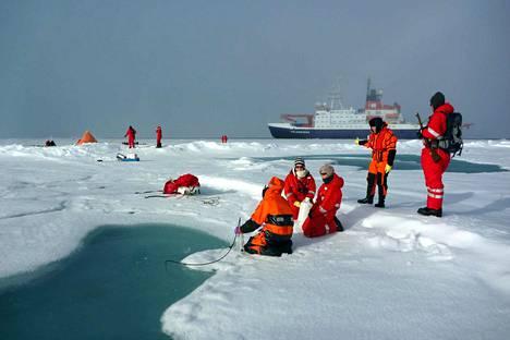 Tutkijat ovat keränneet näytteitä myös arktisesta merivedestä.