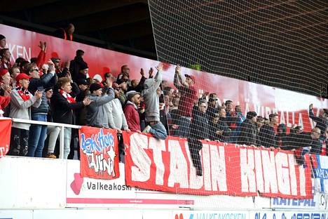 HIFK:n fanit pitivät kovaa meteliä koko pelin ajan Tehtaan kentän päätykatsomossa.