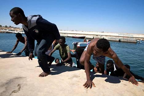 Afrikasta pyritään Eurooppaan pakoon esimerkiksi konflikteja tai ruokapulaa. Arkistokuvassa siirtolaisia Libyan rannikolla.