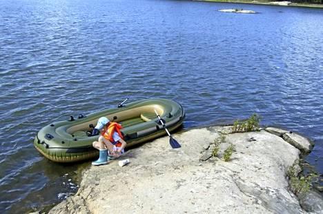 Vinyylimuovista valmistettu pumpattava vene on mainio retkeilyväline suojaisilla sisävesillä ja lampareilla.
