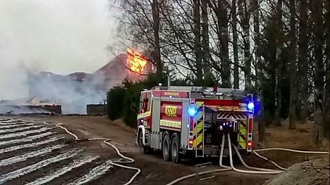 Isot ulkorakennukset tuhoutuvat tulipalossa Haapamäen tilalla Keuruulla keskiviikkoaamuna.