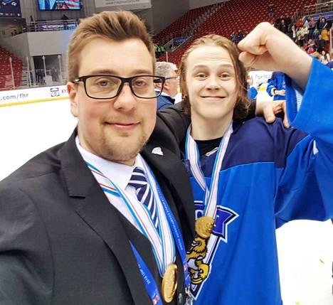 Suomi on uusi maailmanmestari hei! Joukkueenjohtaja Pekka Peltola ja KeuPa HT:n Mestiksen pudotuspeleissäkin esiintynyt Anttoni Honka juhlivat MM-jäällä ansaitusti kultamitalia.