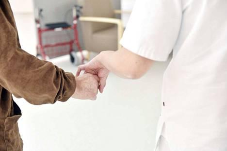 Kirjoittaja sanoo, että arki on kotona. Kun käymme lääkärissä tai olemme potilaana sairaalassa, tavoitteena on parantua ja palata kotiin.