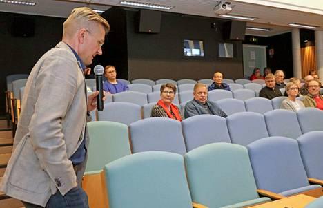 MW-Kehityksen toimitusjohtaja Otto Huttunen selvitti Sassin kehittämishankkeen taustaa ja sen nykytilannetta. Kuulijoina oli vain kourallinen ihmisiä.