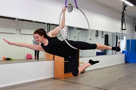 Hetken harjoittelun jälkeen Sari Tammelin löysi lennokkaan Teräsmies-asennon, joka vain näyttää kevyeltä.