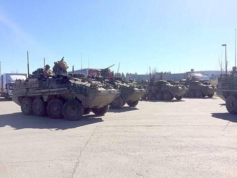 Aamulehden deskin päällikkö Kimmo Koski kuvasi panssariajoneuvoja Kolmenkulman ABC:lla Nokialla.