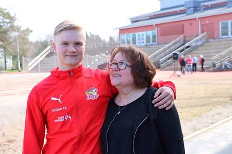 Anton Heinonen pelasi viime viikonloppuna Pomarkussa Ulvilan paidassa. Äiti Pirkko Heinonen oli luonnollisesti paikalla.